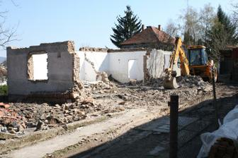 JCB-ecko si lahko poradilo so starym domom....7.4.2010