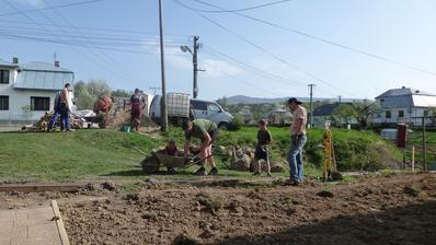 ROK 2013 - zaciname stavat predny plot (pomahaju aj synovia :) )