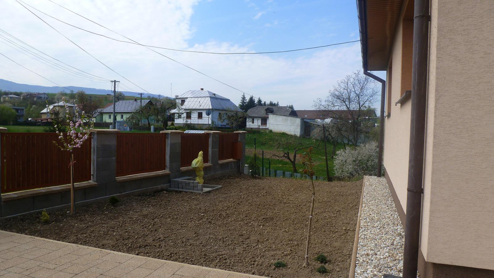 Náš dvor a záhrada 2014 - prednu zahradku treba este dokoncit