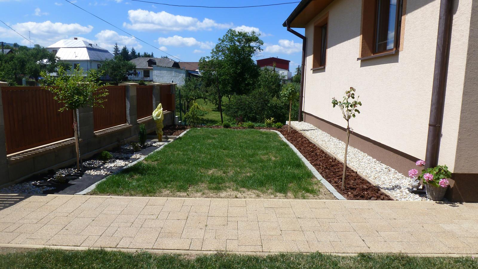 Náš dvor a záhrada 2014 - jul - cast pred domom pomaly upravujeme