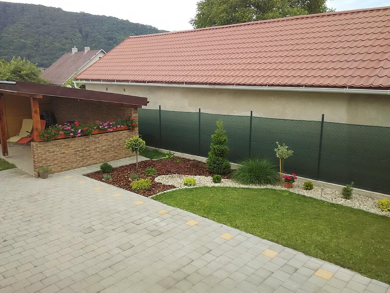 Dvor a zahrada 2015 - pohlad z terasy