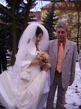 Taťka mi pevně :-) drží vlečku