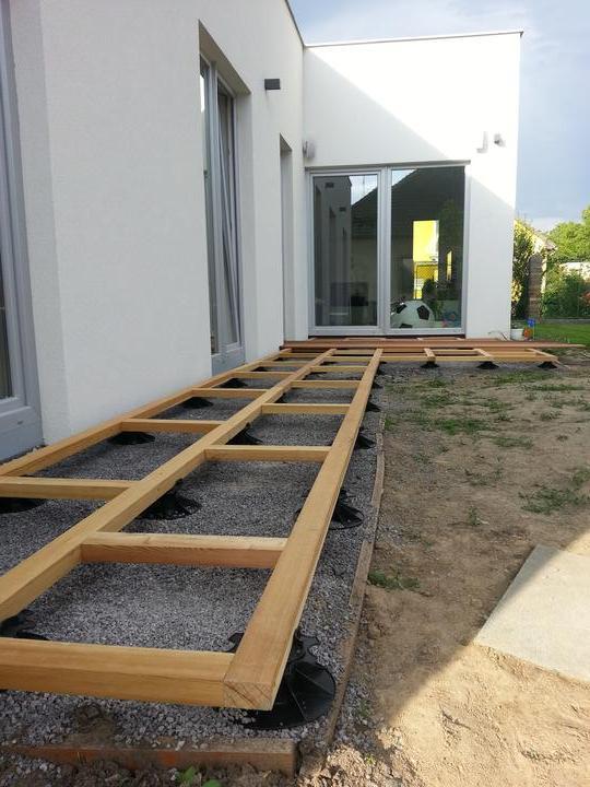 DM House - 8. 6. 2013 konečne pekné počasie... prvá etapa terasy je hotová... ešte decking a potom trávička