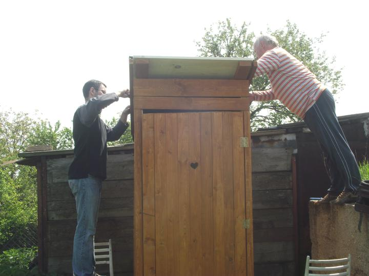 DM House - Nabíjame šindle na strechu našej kadibudky