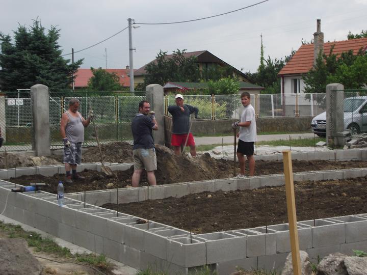 DM House - 18.06.2011 druhý rad položený, planíruje sa zem