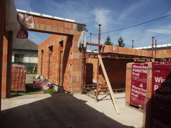"""DM House - Obývačka a """"otvor"""" na terasu"""