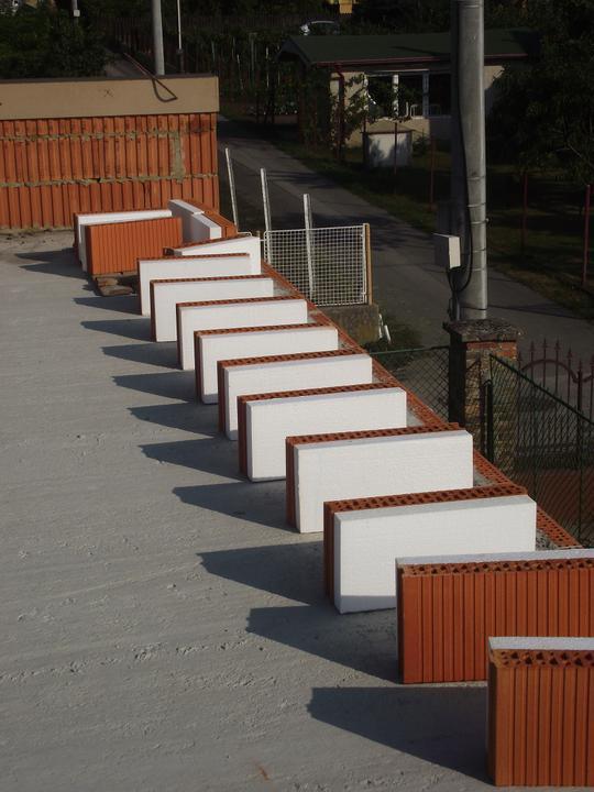 DM House - vencovka pripravená na dokončenie strechy