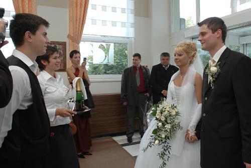 Zuzana Drancakova{{_AND_}}Paul Panek - vstup do hotela karpatia