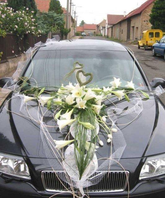 Moja fialova svadba - Úžasne ozdobene auto, takto to musime mať