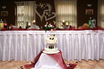 hlavný stôl a torta
