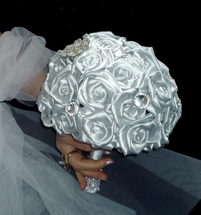 Ledová elegance - Stříbřitě šedá elegantní kytice, na přání lze vyrobit v různých barvách i kombinacích..