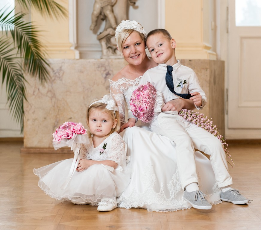 Krásná nevěsta Veronika s kyticí Veronee - http://www.fler.cz/zbozi/svatebni-kytice-veronee-korsaz-6961170