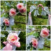 Dekorace na slavobránu z umělých květin a krajky,