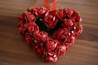 Věneček - srdíčko s papírovými růžičkami