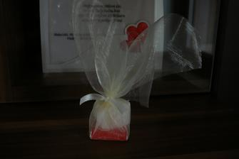 Dáreček pro svatebčany - čokoládka a minimýdlo ve tvaru srdce (opravdu krásně voní) - ještě dozdobím mašličkou