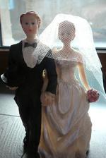 Ženich a nevěsta před svatební dort. Nahoru na dort se bohužel nevejde.