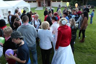 Překvapení pro svatebčany, na balónky s heliem napsal každý slib pro novomanželé.
