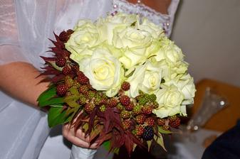 Ruže sú krémové, ale kvetinárka tvrdila, že ich dostali ako biele...... :)