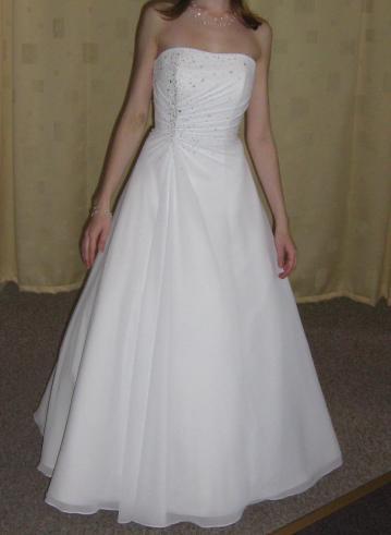 Před svatbou :) - Moje šaty :) (tý modřiny si nevšímejte,to je po infuzi kvůli nehodě ve Švýcarsku)