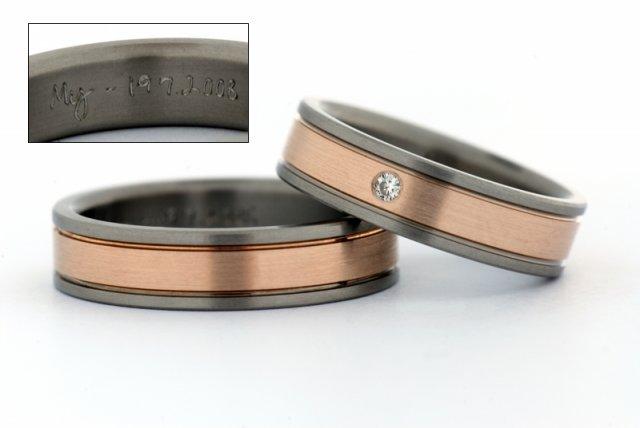 Před svatbou :) - To jsou naše prstýnky :) je to Titan a červené zlato,já mám s briliantem. Nechali jsme si je udělat v Praze v Invencii a nikdo na světě takové nemá :) je to osobní návrh :) plus vnitřní narytí :)