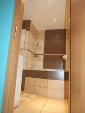 Znížený strop vždy dodá kúpelni nádych elegancie