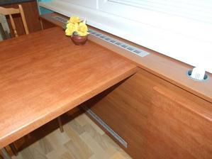 A náš nový kuchynský stôl pripevnený o kryt rádiatora, ladí a je tak akurát pre 3 osoby
