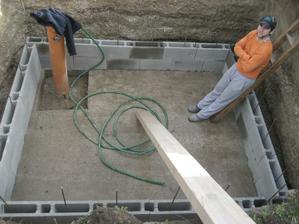 ...tak sme sa zatial pustili do budovania pivnicky pod zahradny domcek