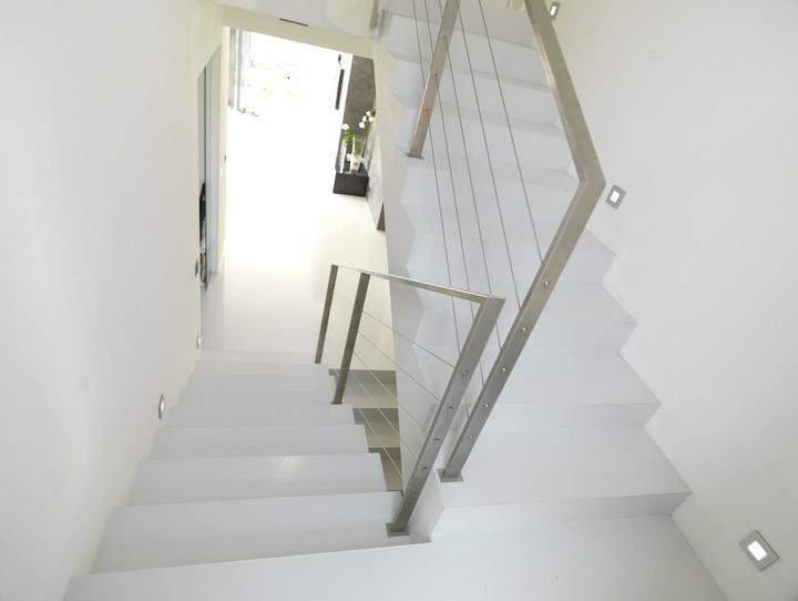 Ako si staviame sen - inšpirácie na interiér - Epoxidova liata podlaha na schodisku a v hale/obyvacke