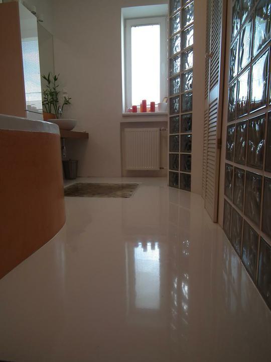Ako si staviame sen - inšpirácie na interiér - Epoxidova liata podlaha v kupelni - leskla