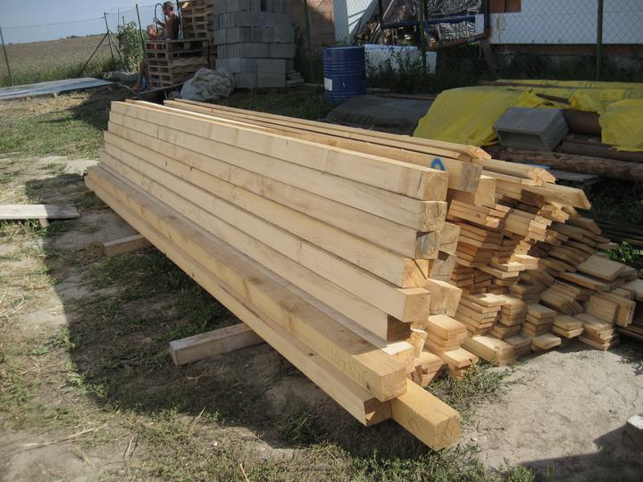 Raz to bude krásny domov... - drevo na salovanie nachystane