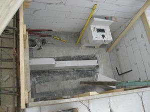 schodiskova diera, musime rychlo dostavat priecku aby mohli oravaci schodi zasalovat