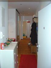 Chodba už po novom, vybúraná časť steny do kuchyne a vytvorený kumbál za zrkadlovými posuvnými dverami. Vytvorli sme ho z časti izby pre slúžku, do ktorej sa kedysi chodilo z kuchyne.