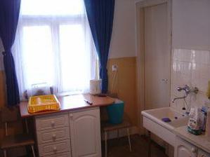 Kameninový drez v starej kuchyni bol ako hotová rarita. Vpravo dvere do izby pre slúžku.