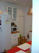Moje obľúbené pôsobisko - kuchyňa. Zároveň je vidieť nové, posuvné dvere do špajze, ktorú sme si ponechali.
