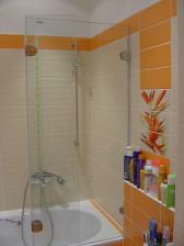 Na vaňu sme dali presklenú, sčasti otváraciu zástenu, nahradili sme tak sprchový kút, na ktorý už veľmi neostalo miesto.