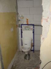 Závesné WC, aby sme získali viac miesta.
