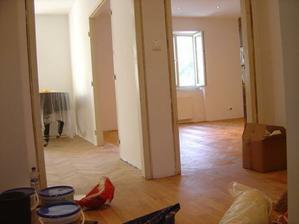 Obývačka s babininou izbou sú spojené druhými dvojkrídlovými dverami, tie sme ponechali. Tie do spálne sme zrušili.