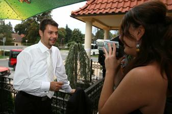 Ženích na spovedi pred kamerou.