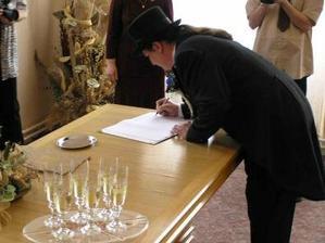 Ženich prý měl taky co dělat, aby se podepsal, no jo nervozita dělá své