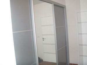 Skříň v předsíni -zrcadlo a šedý lacobel