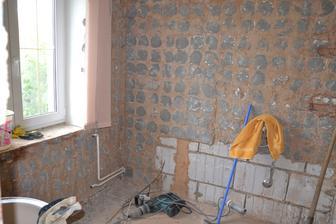 Třetí den - vymlácená koupelna.