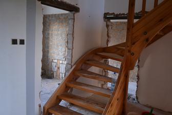 Vybourány dveře do koupelny a technické. Jen ty schody už aby byly pryč. Manžel si demontáž schodů zatím moc nedovede představit.