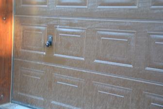 Dnes pán namontoval na oboje vrata ještě ruční otvírání, jelikož už nebudou jiné vstupy do těchto prostor.
