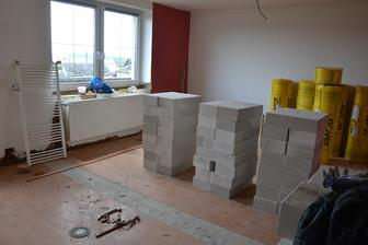 Připraveno na vyzdění příčky mezi ložnicí a obývákem