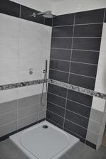 """Koupelna ještě čeká na dodělání. Zedník aniž by se domluvil s vodařem, tak srovnal zeď a přepínač od baterie je nyní moc """"utopený"""" ve zdi. Nyní se čeká na úpravu podomítkové baterie. Snad v pondělí to bude - i sprcháč"""