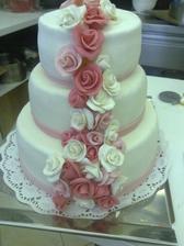 ...akorát růže budou v lososové barvě a nahoře budou figurky ženicha a nevěsty