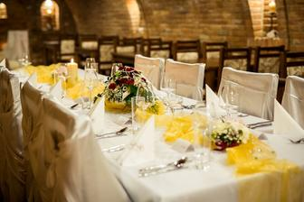 svatební stůl na hostinu