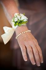 Pro svědkyně nechám uvázat kytičku na ruku...je to tak rozkošné =)