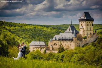 Karlštejn je srdcovka. Tahle fotka je z ukryté louky nad hradem, bohužel budeme muset počkat až na počasí, nejde dojet autem a musí se ťapkat pěšky lesem...každopádně to je moje vysněné místo na svatební fotky =)