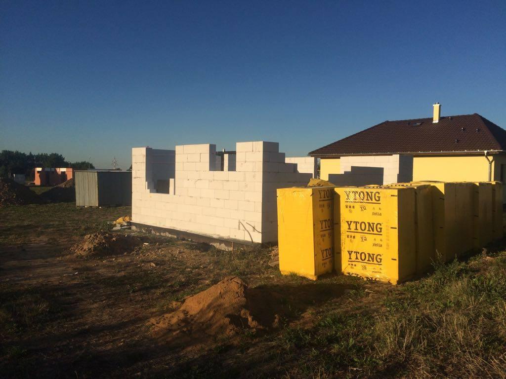 Stavba domu na kraji Prahy - Obvodové stěny rostou. Konečně to začíná mít podobu hotového domu. Vidíte žlutý dům vedle nás? Nutno podotknout, že základovou desku jsme měli hotovou ve stejnou dobu. Velký rozdíl však činí v tom, že vedle stojí dřevostavba.